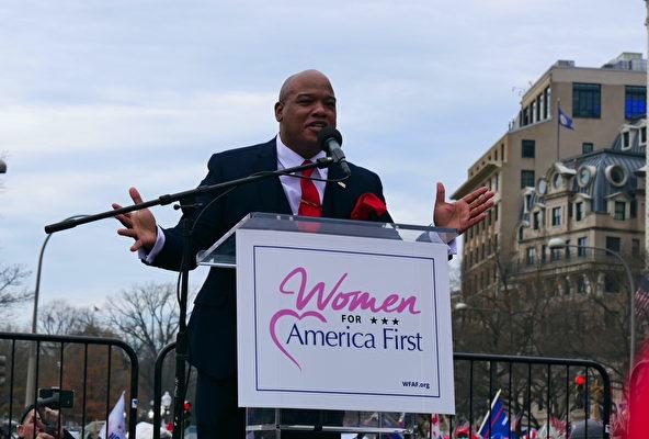 12月12日,數十萬來自美國各州的民眾聚集首都華盛頓DC,舉行盛大集會和遊行,要求「停止竊選(Stop The Steal)」,力挺特朗普總統。圖為頂級牧師馬克‧伯恩斯(Mark Burns)在自由廣場的集會上發言。(李辰/大紀元)