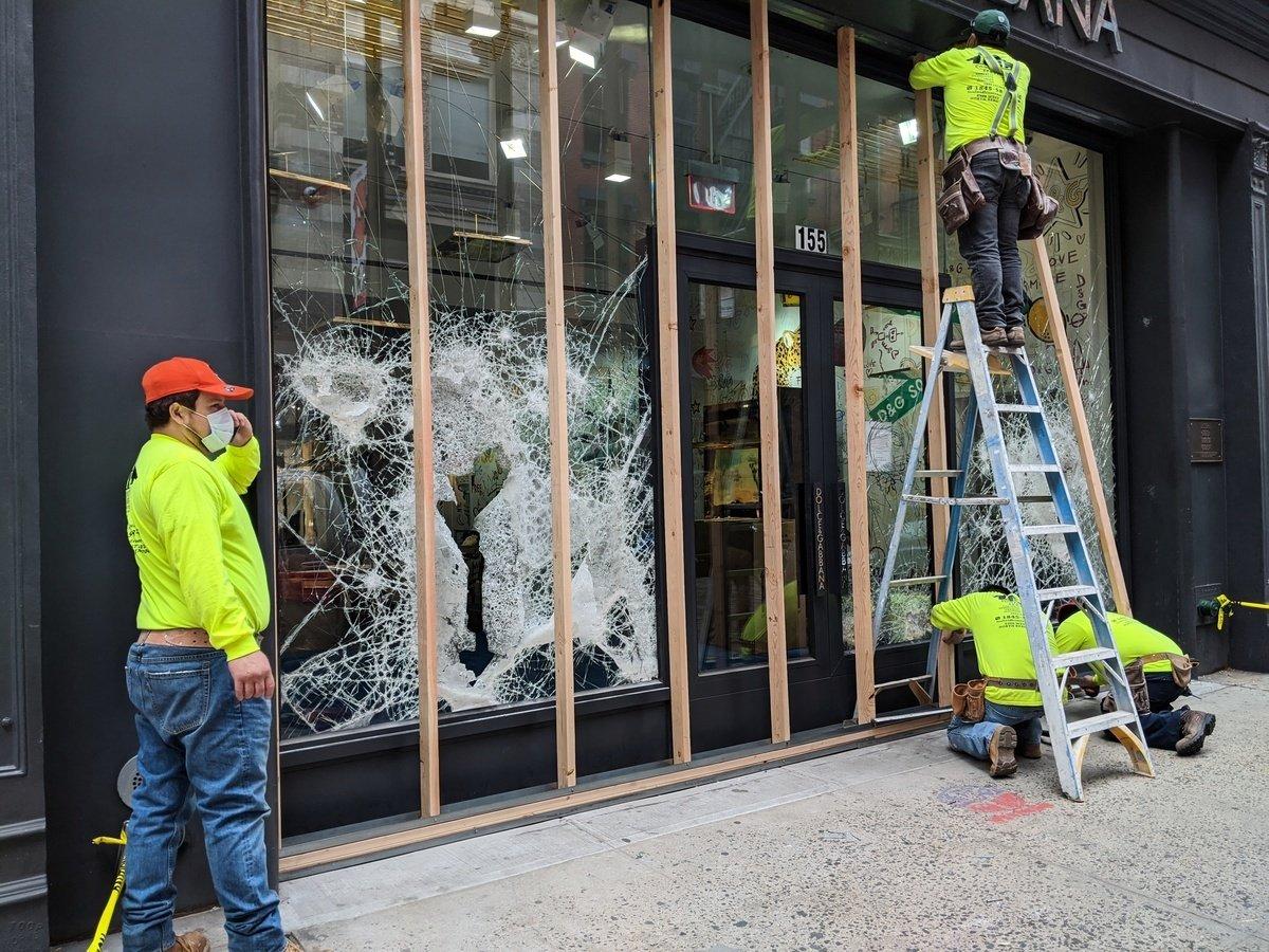 暴力抗議者在周日(5月31日)把曼哈頓蘇豪區(SOHO)一家商店的玻璃砸爛。(黃小堂/大紀元)