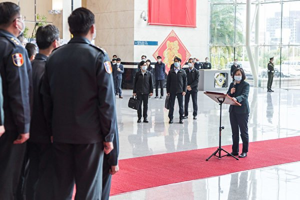 中華民國總統蔡英文2月2日前往國防部勗勉「情次室聯合情研中心」。(台灣總統府提供)