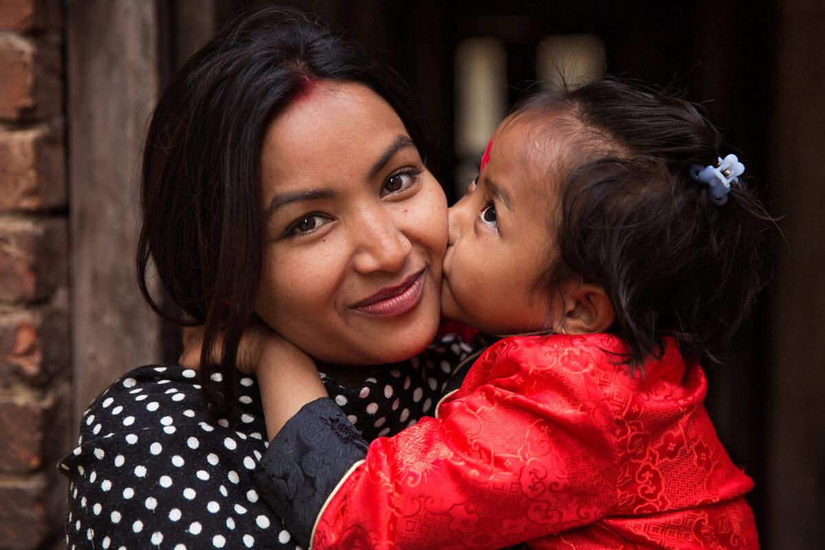 尼泊爾加德滿都的母女。(米哈艾拉提供)