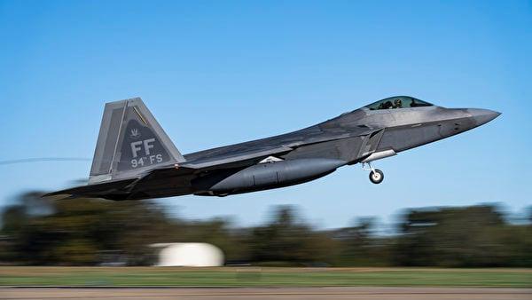 2020年11月17日,美國空軍第1戰鬥機聯隊第94戰鬥機中隊的F-22猛禽戰鬥機部署到關島。美軍公佈的圖片顯示2020年11月4日,第1戰鬥機聯隊的F-22戰鬥機在維珍尼亞州蘭利-尤斯蒂斯聯合基地飛行。(美國印太司令部)