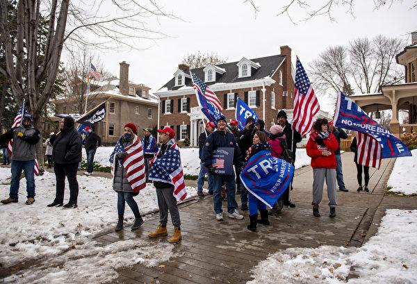 2020年11月14日,在緬因州聖保羅,特朗普總統的支持者聚集在州長官邸前,抗議大選舞弊。(Stephen Maturen/Getty Images)