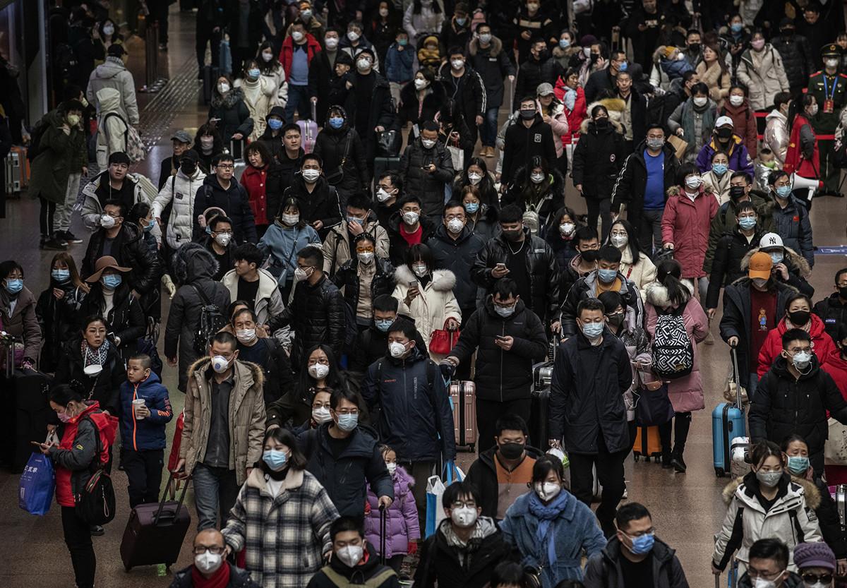 避免感染中共病毒(武漢肺炎),人人戴口罩自保。(Kevin Frayer/Getty Images)