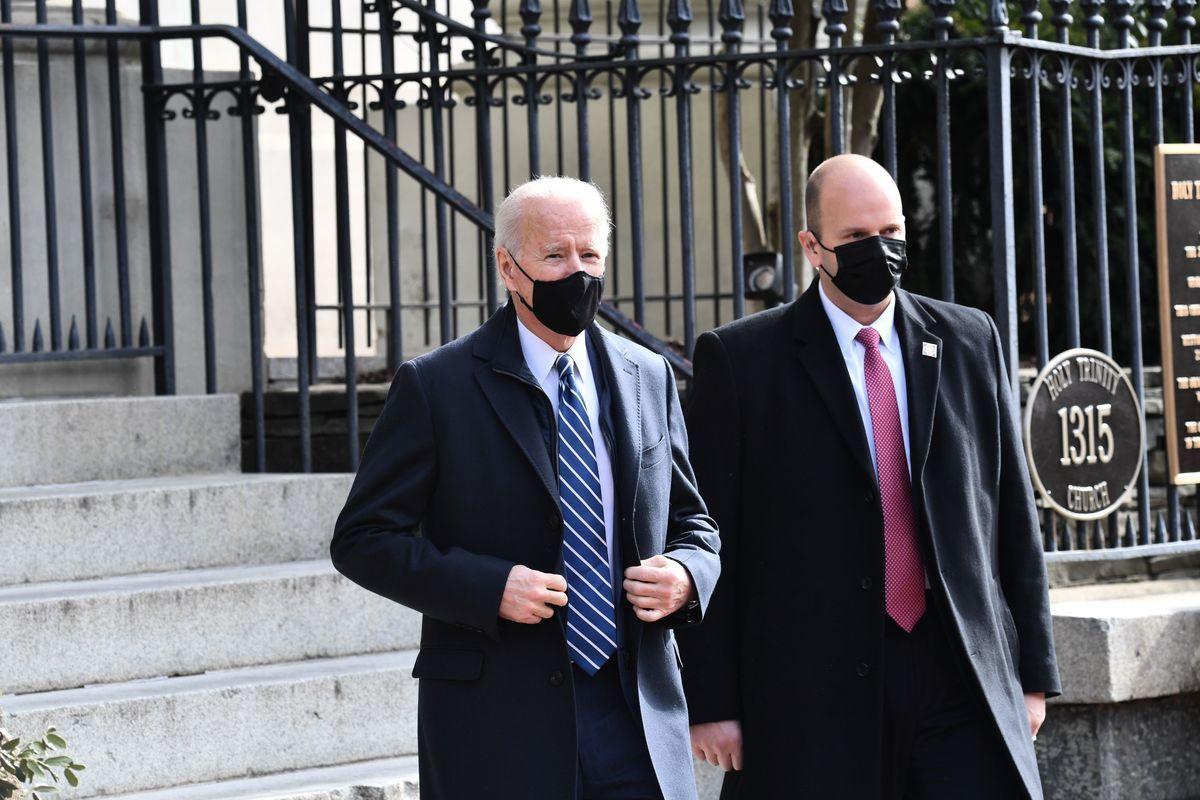 2021年1月24日,美國總統拜登(左)離開華盛頓特區喬治城附近的天主教聖三一教堂(Holy Trinity Catholic Church)。(NICHOLAS KAMM/AFP via Getty Images)