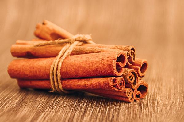體質較寒的人,飲用咖啡時,可適量添加肉桂。(Shutterstock)