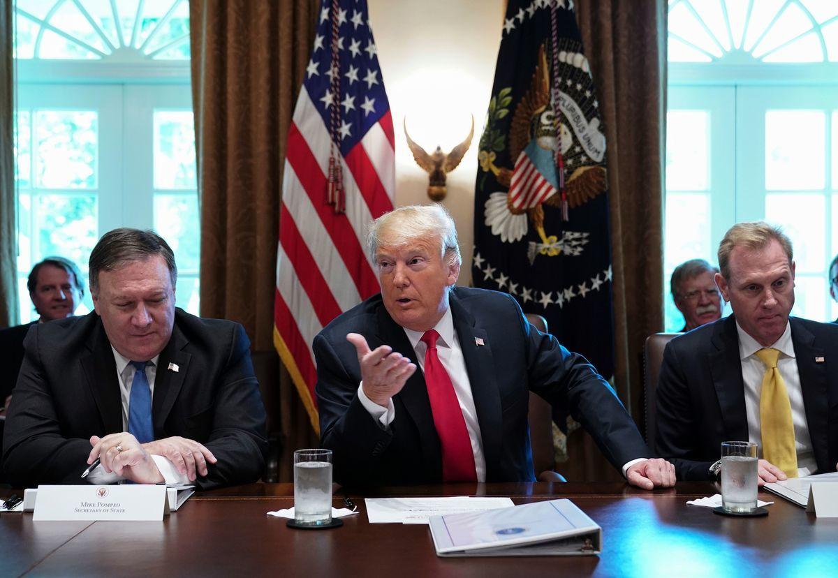 2日中午,夏納漢(圖右)到白宮參加特朗普總統主持的內閣會議。2日上午,他在國防部主管會議中表示,重要目標是中共。(MANDEL NGAN/AFP/Getty Images)