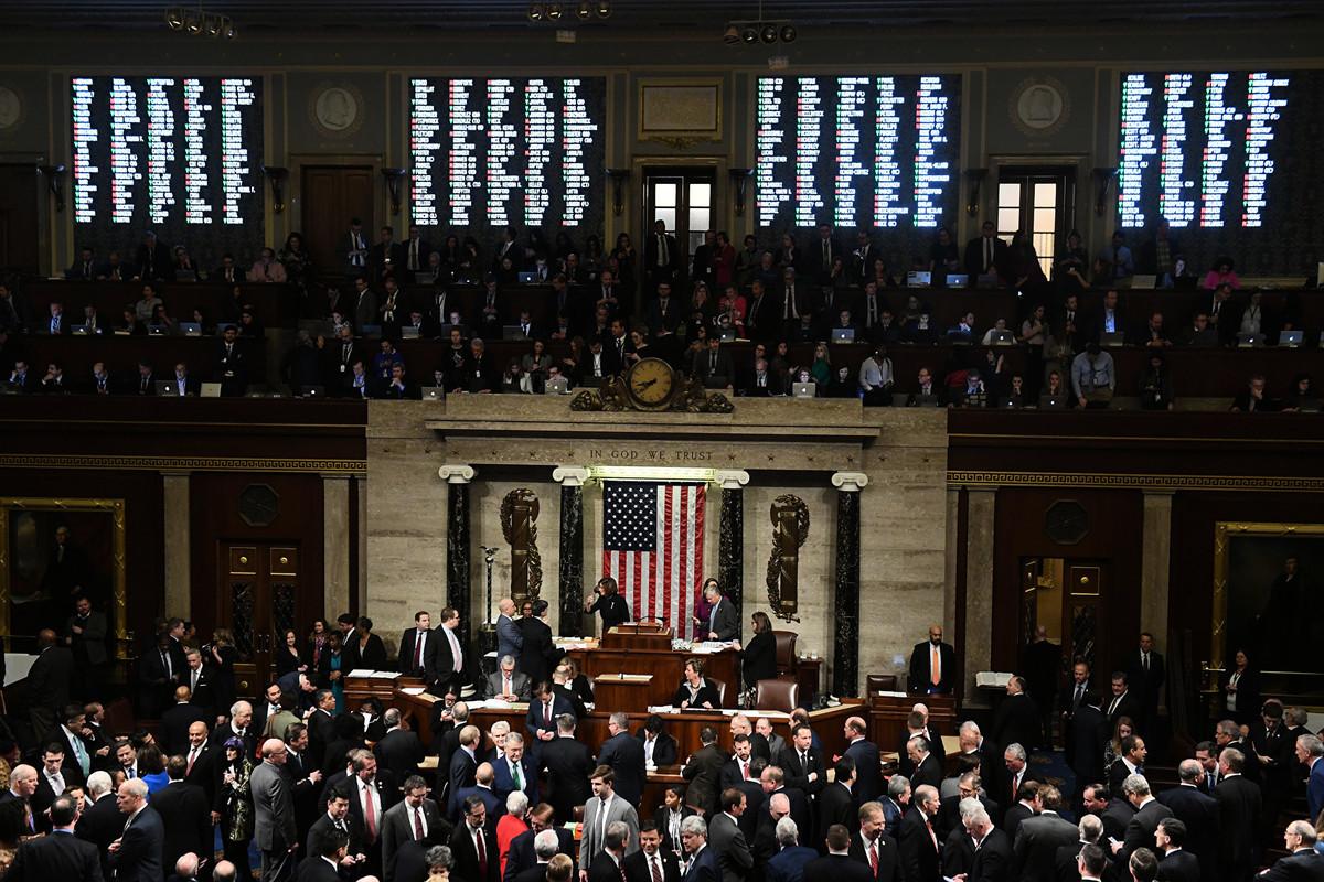 12月18日,在民主黨控制的眾議院,以230票對197票和229票對198票的結果,分別通過對特朗普總統的兩項彈劾條款。 (Photo by SAUL LOEB / AFP)