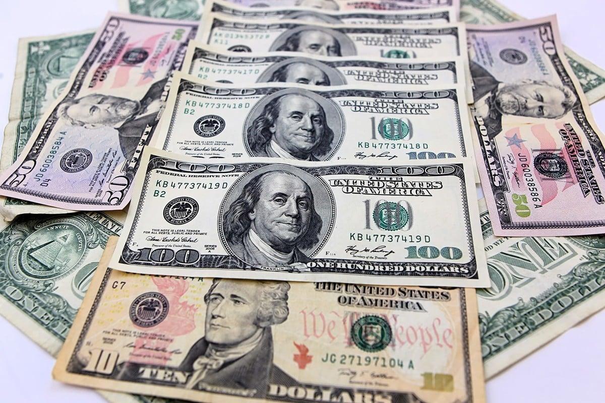 美元相對多種貨幣貶值導致人民幣有所升值,人民幣在岸匯率周五收盤於每美元對6.9290元。(陳明/大紀元)