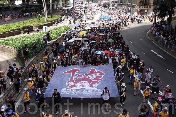 香港七一大遊行龍頭從維多利亞公園起步。領頭的隊伍舉著大橫幅,上面寫著港人的訴求:「撤回惡法 林鄭下台」。(余鋼/大紀元)