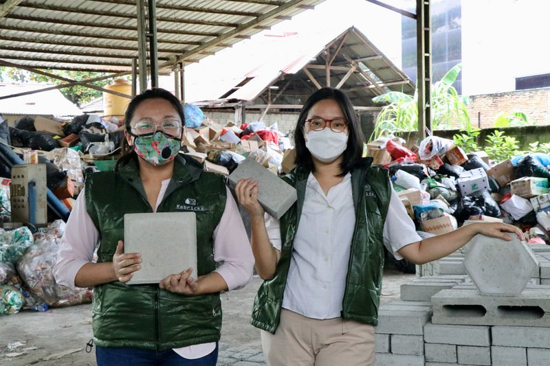 塑料垃圾變建材 印尼新創公司生產環保磚
