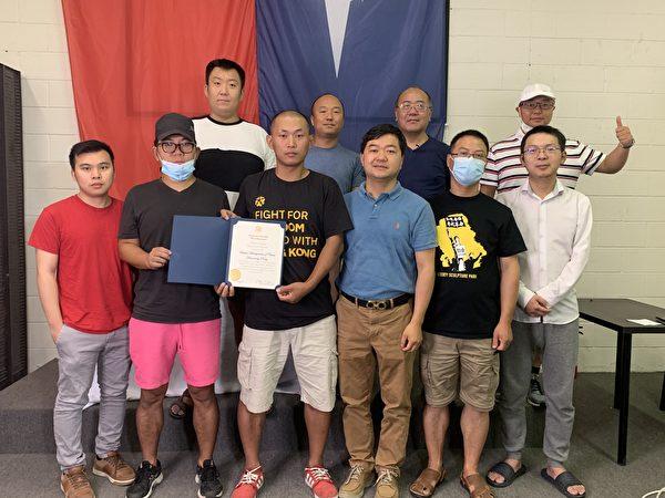 今年2月份,美國部份民運人士發起一項「新黃雀行動」,營救面臨被捕、被判刑的香港人。圖為捐助支持「新黃雀行動」的部份人士。(姜琳達/大紀元)