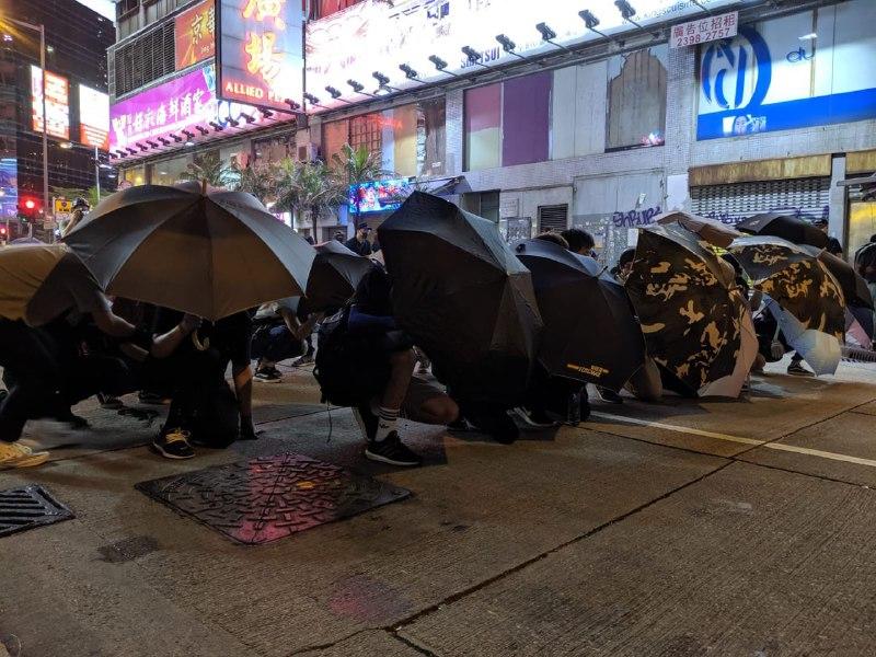 【9.7反送中】港人再聚旺角警署 警射胡椒噴霧