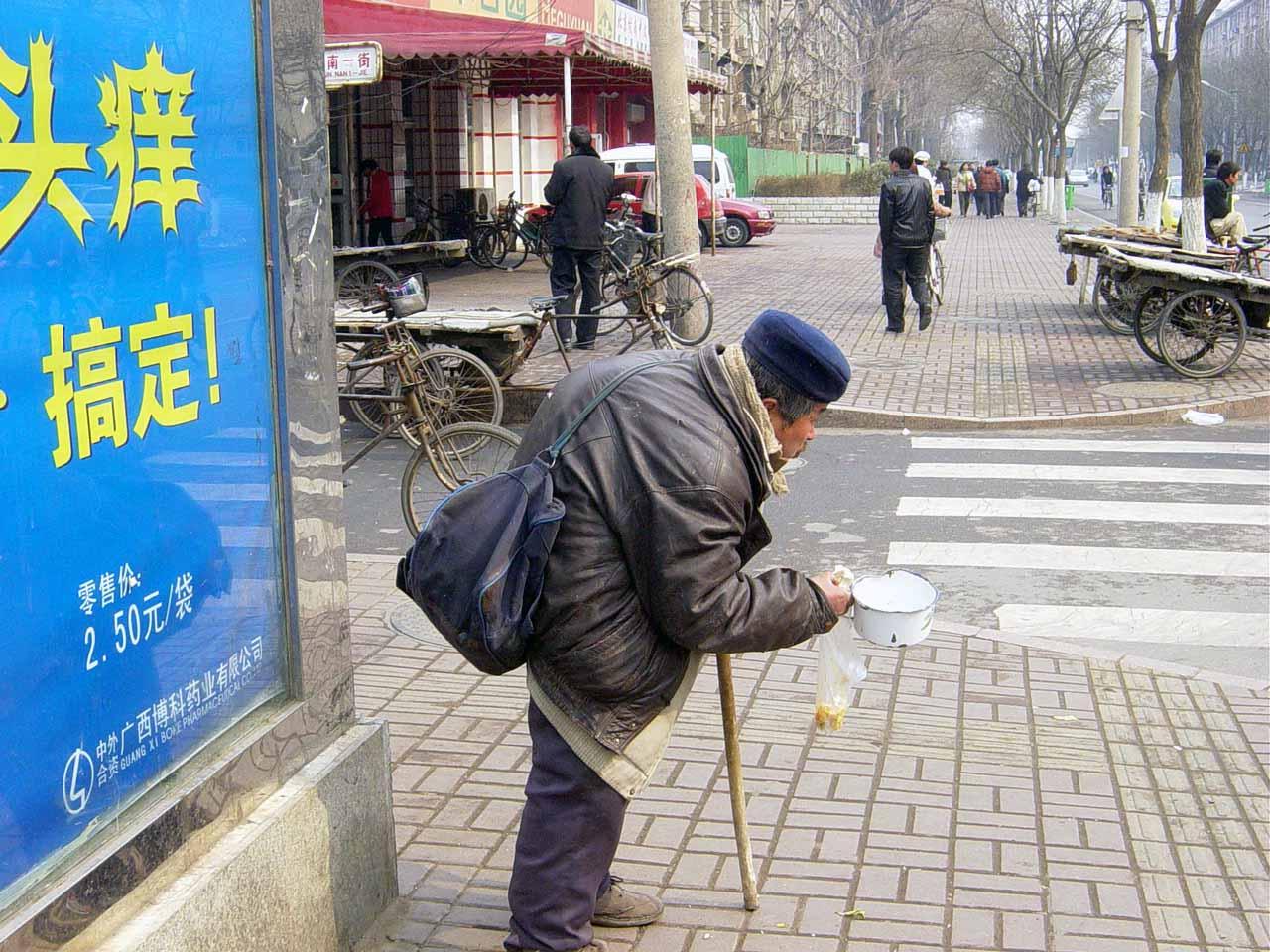 兩會期間,在高法前乞討的老人。2005年3月1日攝。(大紀元)