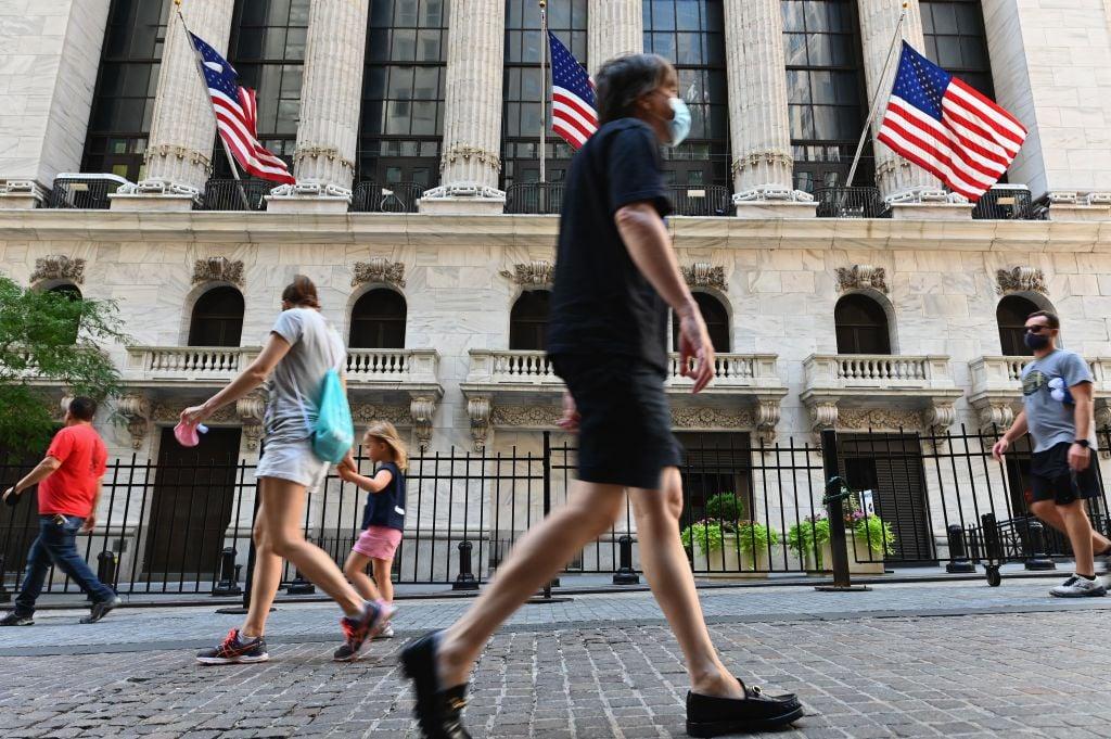 2020年8月3日,紐約華爾街,路人途經紐約證券交易所(NYSE)。(ANGELA WEISS/AFP via Getty Images)