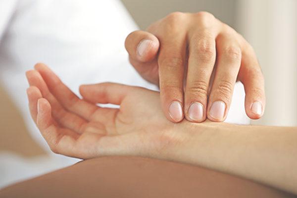 可隨時用手指測脈搏,一分鐘介於50至100之下都在可接受範圍內。(Shutterstock)