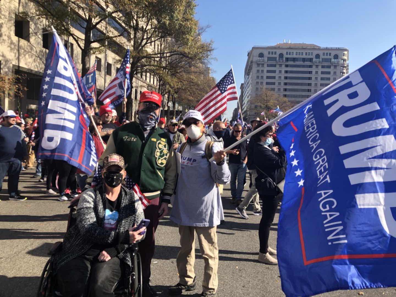 劉先生在DC參加支持特朗普的集會時與傷殘人士合照。(Bob劉提供)