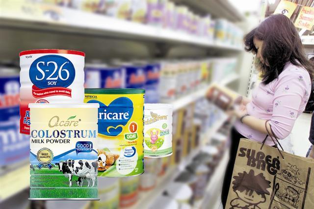 澳洲的大型連鎖超市Coles及Woolworths,紛紛在奶粉貨架貼上中文標示,限制每人最多只能買4罐奶粉。(AFP)