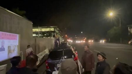 旅居紐西蘭的民主人士「草蝦(網名)」(右二戴帽者),在活動現場揭露了中共對維權人士及異見人士的迫害。(受訪者提供/影片截圖)