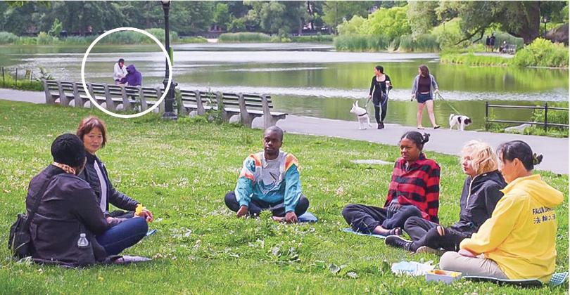 新唐人電視台正在曼哈頓中央公園拍攝新學員煉功、交流,在遠處的湖邊,小偷搶去一名殘疾婦人的手機,被錄像頭拍了下來。(新唐人)