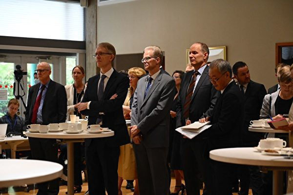 2021年8月11日,各國外交官和記者聚集在加拿大駐北京大使館。(JADE GAO/AFP)