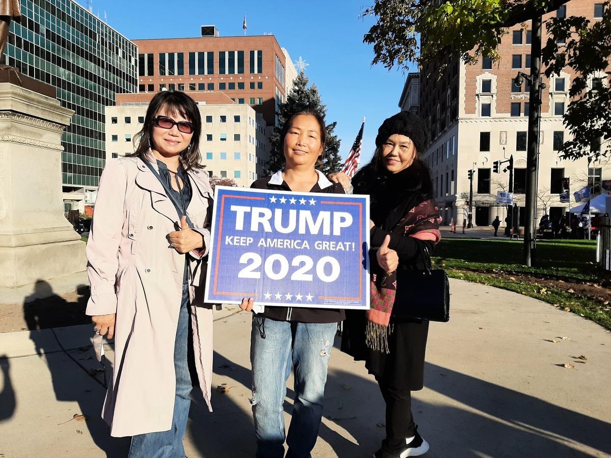 密歇根州特朗普的支持者瀋曉玲 (音譯,左)、坎貝爾·秋香(中)和趙靜(右)。(張玄宇/大紀元)