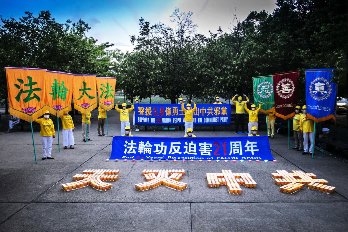 法輪功學員除舉行網絡會議之外,還在社區公園舉行煉功、燭光夜悼,紀念法輪功學員反迫害21周年。(張炳乾/大紀元)