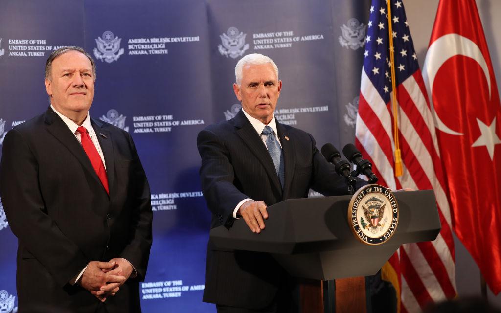 美國副總統彭斯(右)和國務卿蓬佩奧(左)10月17日在土耳其安卡拉與該國總統會晤後出席新聞發佈會。(Adem ALTAN/AFPGetty Images)