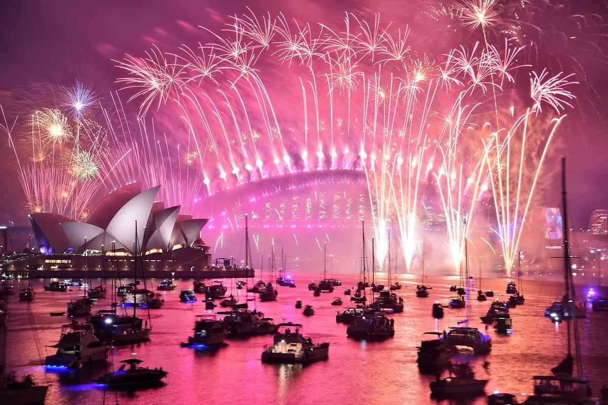 在今年12月31日午夜,伴隨著新年零點鐘聲倒計時聲,地球上無數人湧向河邊、街頭,和相識的不相識的人一起,在美麗的煙花照耀下,迎來2020年。圖為悉尼2018新年煙花秀。(GettyImage)
