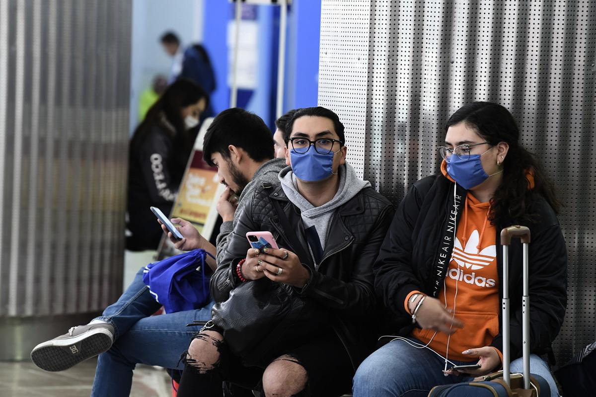 2020年2月28日,墨西哥城國際機場,戴著防護口罩的乘客。墨西哥衛生部周五(2月28日)證實了該國首例中共病毒病例。 (Photo by ALFREDO ESTRELLA/AFP)