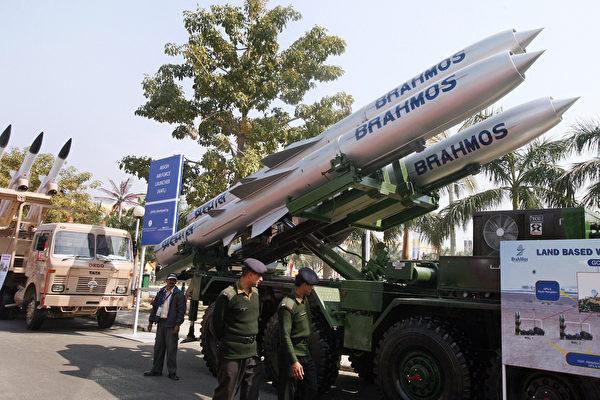 2008年2月16日,在新德里舉行的國防博覽會上展示的布拉莫斯(Brahmos)導彈。(Raveendran/AFP via Getty Images)