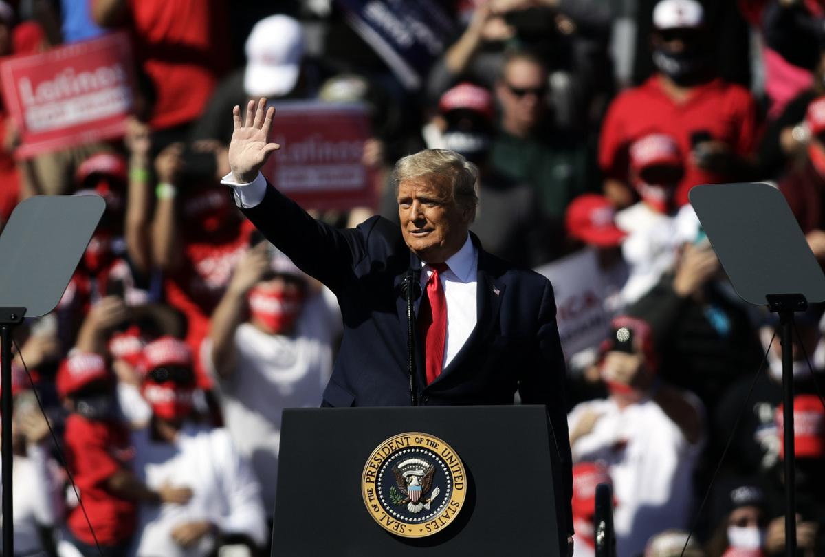 圖為2020年10月28日,美國總統特朗普在亞利桑那州牛頭市舉行的競選集會上講話。(Isaac Brekken/Getty Images)