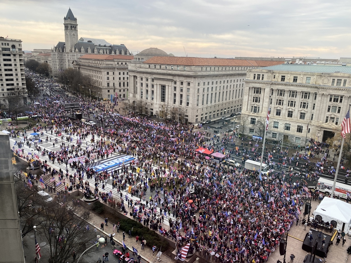 2020年12月12日中午,數十萬美國民眾再次聚集在首都華盛頓,抗議大選舞弊和欺詐,圖為在美國國家廣場舉行集會。(Richael Tsao/大紀元)