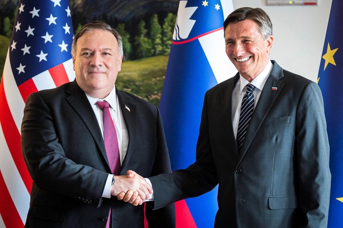 2020年8月13日,美國國務卿蓬佩奧在山湖小鎮布萊德會見了斯洛文尼亞總統博魯特·帕霍爾(Borut Pahor,右),雙方簽署了《5G清潔網絡安全》聯合聲明,旨在將不受信任的電信供應商拒之門外。(Jure Makovec/various sources/AFP)