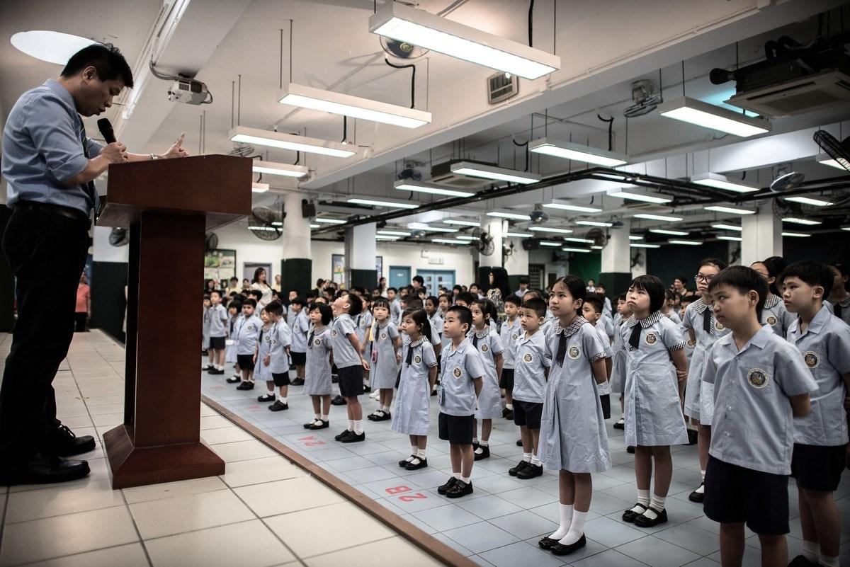 香港教育局發出通告,新入職教師和在職教師將在3年內接受其提供的30小時培訓內容,核心培訓內容由教育局提供,包括「價值觀」、「操守」和「本地教育政策和措施」等。圖為資料圖。(PHILIPPE LOPEZ/AFP via Getty Images)