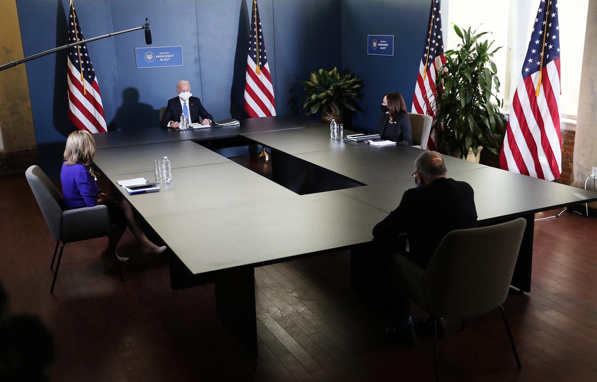 圖為2020年12月20日,時任民主黨總統候選人拜登、副總統候選人賀錦麗與國會民主黨領袖舒默、佩洛西會晤。(Joe Raedle/Getty Images)