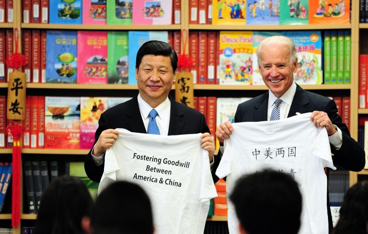 2012年2月17日,在洛杉磯郊外的紹斯蓋特國際學校,時任美國副總統拜登(Joe Biden,右)和來訪的習近平(左)展示學生給他們的T恤衫。(FREDERIC J. BROWN/AFP via Getty Images)