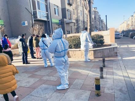 大連小區居民排隊進行核酸檢測。(微博圖片)