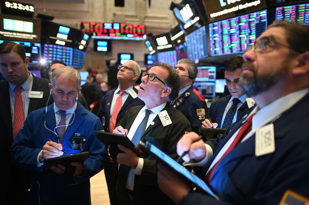 2月28日在紐約證券交易所工作的交易員。(JOHANNES EISELE/AFP via Getty Images)