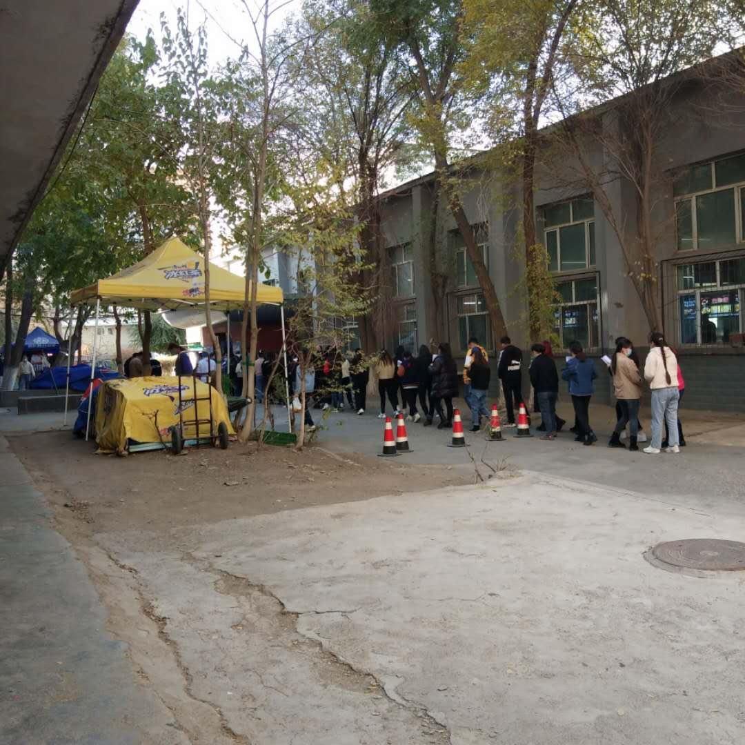 新疆教育學院學生排隊打飯。(受訪者提供)