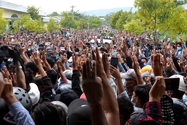 緬甸民眾集會,抗議軍事政變。(STR/AFP via Getty Images)