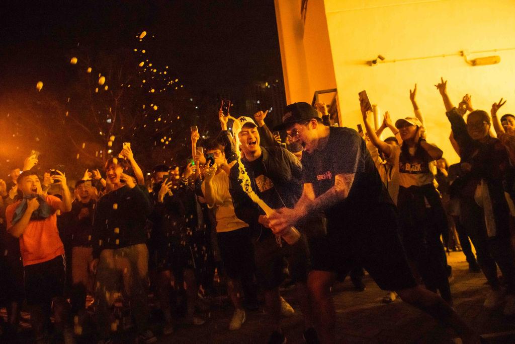 何君堯以1200票之差大敗,民眾開香檳慶賀。(Billy H.C. Kwok/Getty Images)