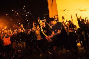 何君堯敗選 港人街頭狂歡開香檳慶祝