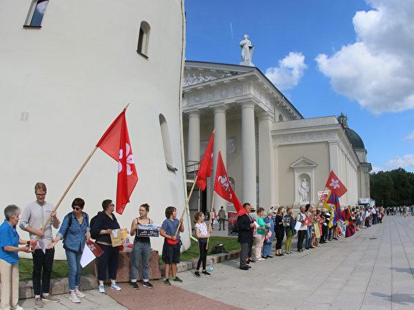 2019年8月23日,立陶宛民眾聚集在首都維爾紐斯,組成「香港之路」聲援香港抗議民眾,這是30年前反對蘇聯統治的「波羅的海之路」抗議活動的重現。(PETRAS MALUKAS/AFP via Getty Images)