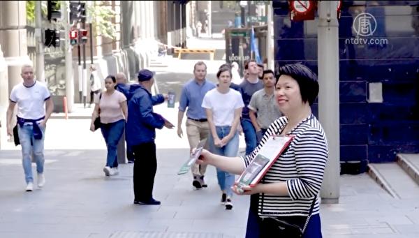 在馬丁廣場徵簽近10個月的義工白女士。(新唐人影片截圖)