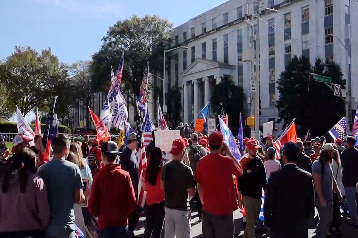 2020年11月21日,特朗普支持者在佐治亞州的亞特蘭大舉行了支持特朗普、制止竊選的集會。(新唐人電視台影片截圖)