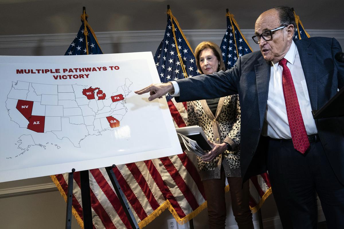 2020年11月19日,華盛頓特區共和黨全國委員會(Republican National Committee)總部,魯迪‧朱利亞尼和其他特朗普法律顧問舉行新聞發佈會。朱利亞尼指著一張地圖向媒體講述與2020年大選舞弊有關的各種訴訟。(Drew Angerer/Getty Images)