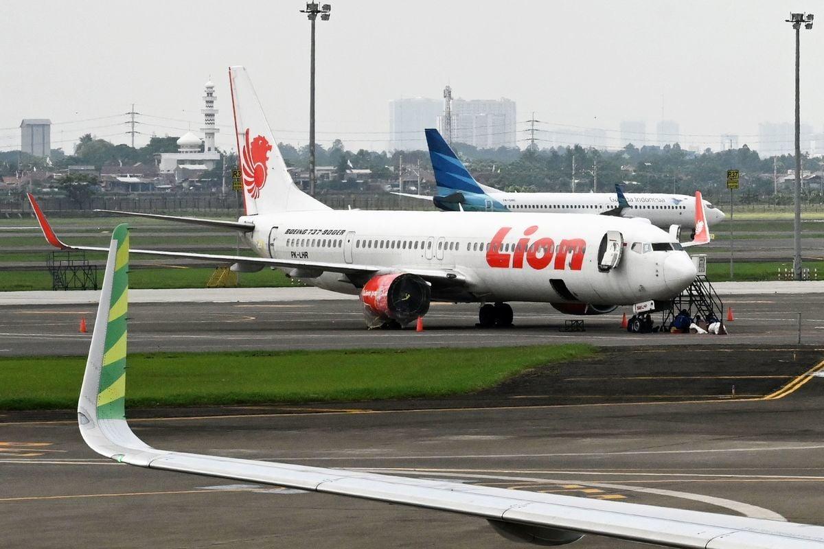 去年10月29日獅子航空一架波音737 Max 8飛機墜海,失事前一天,該波音客機出現相同的失控情況,所幸機上的一名輪休飛行員,及時伸出援手化解危機。(ADEK BERRY/AFP/Getty Images)