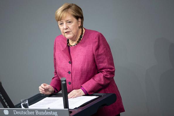 10月29日,默克爾在國會上發表政府聲明,為下周開始的封鎖措施進行辯護。(Maja Hitij/Getty Image)