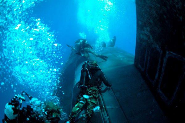 2021年6月30日,美軍維珍尼亞級潛艇新墨西哥號(SSN 779)與海軍海豹突擊隊在地中海的希臘蘇達灣訓練。(美國海軍)