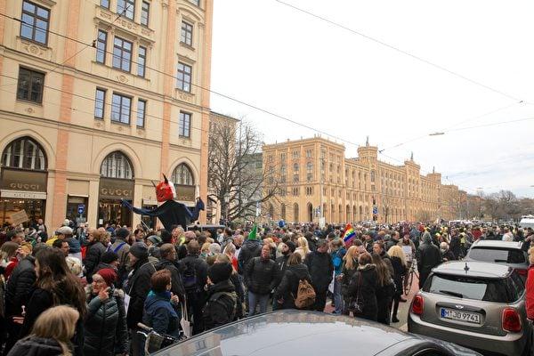 2021年3月13日,德國全部16州首府下午1時同步舉辦集會,抗議政府和各州政府對中共病毒採取的封鎖政策。圖為民眾在慕尼黑瑪克西米利安大街(Maximilianstrase)的奢侈品商店密佈街區遊行。(黃芩/大紀元)